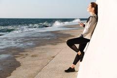 Без сокращений фото молодой очаровательной женщины в listenin носки спорта стоковое изображение rf