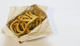 Бейгл с семенами сезама в деревянной коробке на белой деревянной предпосылке Стоковое Фото