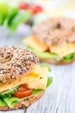 Бейгл завтрака (с сыром; селективный фокус) Стоковая Фотография
