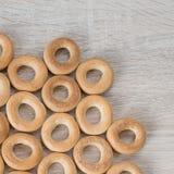 Бейгл на деревянной предпосылке стоковая фотография