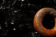 Бейгл на темноте деревянной Стоковая Фотография RF