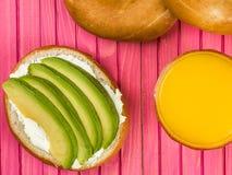 Бейгл плавленого сыра и авокадоа Стоковые Фото