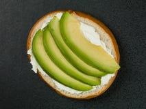 Бейгл плавленого сыра и авокадоа Стоковое Фото