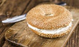 Бейгл плавленого сыра (на деревянной предпосылке) Стоковая Фотография