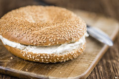 Бейгл плавленого сыра (на деревянной предпосылке) Стоковое Фото