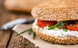 Бейгл сезама (с плавленым сыром) Стоковое Фото