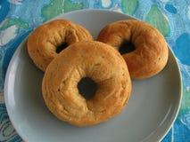 Бейгл сформировал испеченные итальянкой donuts дрожжей с семенами анисовки на красочной голубой и зеленой скатерти печати Стоковая Фотография RF