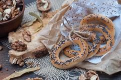Бейгл с маковыми семененами в бумажной сумке Стоковые Фото