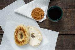 Бейгл с печеньем и кофе сыра на темной деревянной предпосылке Стоковое Изображение