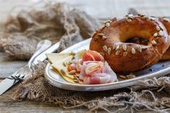 Бейгл с семенами подсолнуха, беконом и сыром Стоковая Фотография RF
