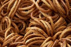 Бейгл с семенами сезама в естественном солнечном свете Стоковые Фото