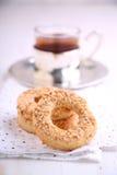 Бейгл с семенами сезама и чашкой чаю Стоковая Фотография