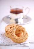 Бейгл с семенами сезама и чашкой чаю Стоковое Изображение
