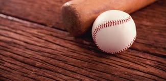 Бейсбольная бита и шарик на деревянном столе Стоковые Изображения