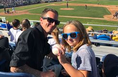 Бейсбольный матч шарика мухы задвижки дочери отца Стоковая Фотография