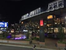 Бейсбольный стадион Чикаго Cubs, Wrigley Field, на ноче в Чикаго Стоковые Фото