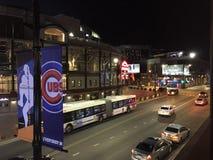 Бейсбольный стадион Чикаго Cubs, Wrigley Field, улица Clark на ноче в Чикаго Стоковые Изображения RF