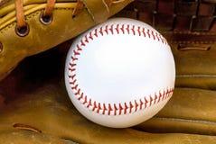 Бейсбол в кожаной перчатке стоковая фотография