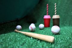 Бейсбол и летучая мышь на зеленой траве стоковые изображения rf