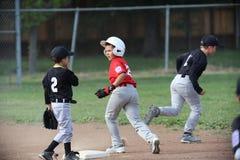 Бейсбол Малой лиги Napa и мальчик управляются стоковые фото