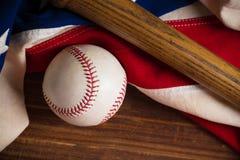 Бейсбол, летучая мышь на деревянной предпосылке Стоковое Изображение