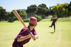 Бейсболисты играя совместно на поле стоковые фото