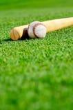 Бейсбол и летучая мышь в поле Стоковые Фото