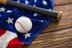 Бейсбол и летучая мышь на американском флаге Стоковое Изображение