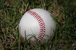 Бейсбол на траве стоковое фото rf