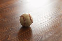 Бейсбол селективного фокуса винтажный на предпосылке древесины сосны Стоковое фото RF