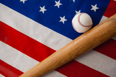 Бейсбольная бита и шарик на американском флаге Стоковое Фото