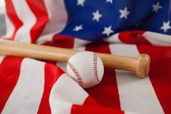Бейсбольная бита и шарик на американском флаге Стоковая Фотография