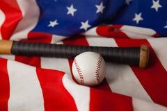 Бейсбольная бита и шарик на американском флаге Стоковые Изображения RF