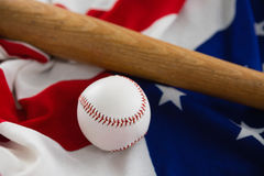 Бейсбольная бита и шарик на американском флаге Стоковое фото RF