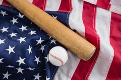 Бейсбольная бита и шарик на американском флаге Стоковые Изображения