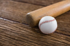 Бейсбольная бита и шарик на деревянном столе Стоковое Изображение