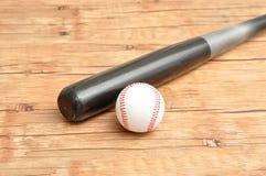Бейсбольная бита и шарик Стоковая Фотография RF
