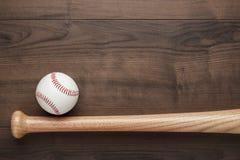 Бейсбольная бита и шарик Стоковые Фото