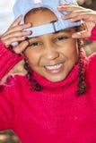 Бейсбольная кепка Афро-американской девушки смешанной гонки нося Стоковое Фото