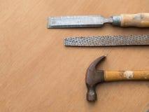 Бейте молотком, rasp и зубило для плотничества, на деревянном столе Стоковые Изображения RF