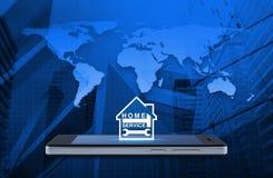 Бейте молотком и взламывайте с значком дома на современном умном экране o телефона Стоковое Изображение