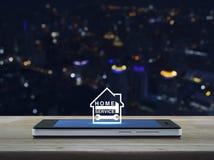 Бейте молотком и взламывайте с значком дома на современном умном экране o телефона Стоковые Изображения