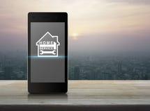 Бейте молотком и взламывайте с значком дома на современном умном экране телефона Стоковое Изображение RF