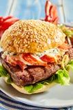 Бекон, прибой салата и майонеза и гамбургер дерновины Стоковое Изображение