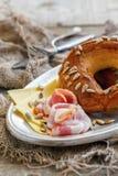 Бекон, сыр и бейгл с семенами для завтрака Стоковое Изображение RF