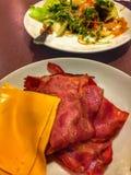 Бекон, сыр и салат стоковые изображения