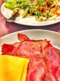 Бекон, сыр и салат стоковая фотография