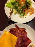 Бекон, сыр и салат стоковые изображения rf