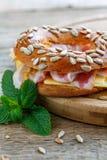 Бекон с сыром и мустард в бейгл с семенами Стоковая Фотография
