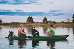 Беларусь Белорусский человек и 2 дет мальчиков плавая в старое деревянное Стоковая Фотография